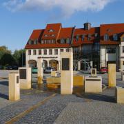 Bronzetafeln, Sandsteinstehlen und eine Brunnenmusik